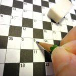 クロスワードパズルを解答中